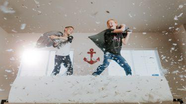 Een activiteit om thuis te doen: kussengevecht met de kinderen