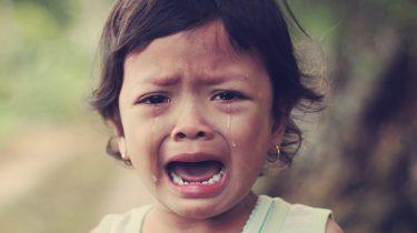 Een kind dat huilt en getroost moet worden