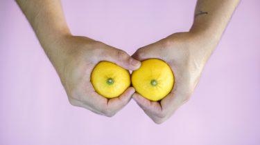 Twee handen die citroenen vasthouden