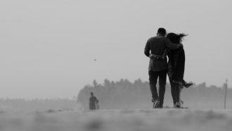 Stelletje dat over het strand wandelt na ontrouw in de relatie