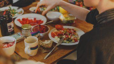 Vrouw die flexitarisch eet aan tafel