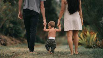 kind loopt tussen ouders in / co ouderschap