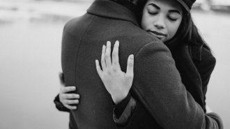 Vrouw die haar trouwe partner knuffelt