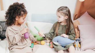 Vriendschap tussen twee meisjes die samen spelen