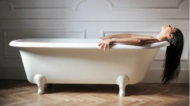 vrouw ligt in bad / vagina schoonmaken