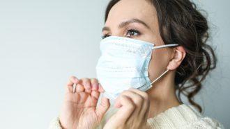 vrouw die een masker draagt en aan het preppen is voor een noodsituatie