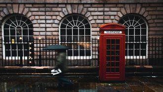 Een Londens tafereel: regen en een rood telefoonhokje. De leukste bloopers in het Dunglish