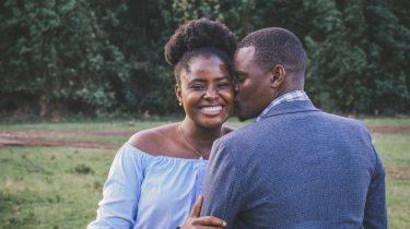 Vrouw die een kus krijgt van haar partner