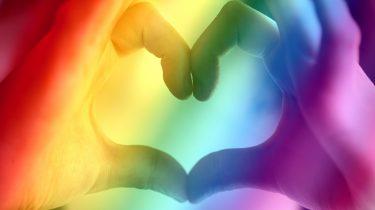 Twee handen die een hartje vormen voor alle LHBTI-mensen in de wereld