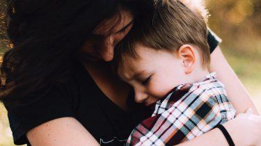 Moeder die haar zoon troost nadat ze net heel boos is geworden