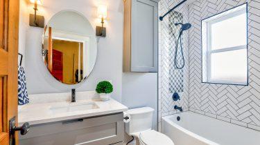 Badkamer met tegels die je goed moet schoonmaken