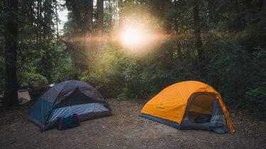 Kamperen in een tent in een bos in de vakantie