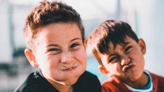 8 jaar / twee jongens trekken gekke bekken