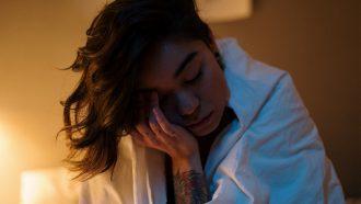 Vrouw die juist ectra moe is na het snoozen
