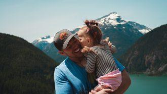 Dochter die haar vader een kusje geeft voor vaderdag