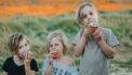 Drie kinderen die lactosevrije cupcakes eten
