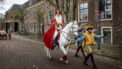 Sinterklaas op zijn paard met pieten