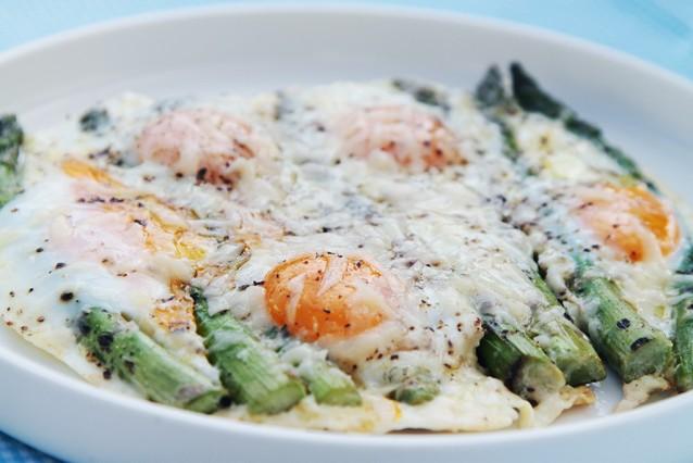 Koolhydraatarme lunch / Groene asperges met eieren en Parmezaan