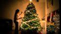 Single tijdens feestdagen : Vrouw versiert kerstboom