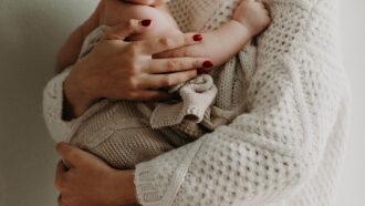 moeder met vest