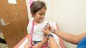 Meisje dat een inenting krijgt uit het vaccinatieprogramma