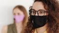 Vrouw met een mondkapje en een bril die last heeft van beslagen glazen
