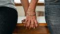 Stelletje dat hun relatie verbetert door handen vast te houden