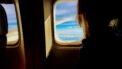 Columniste Brenda die in het vliegtuig naar China zit en uit het raampje kijkt