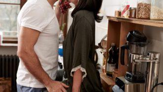 vrouw en man in de keuken
